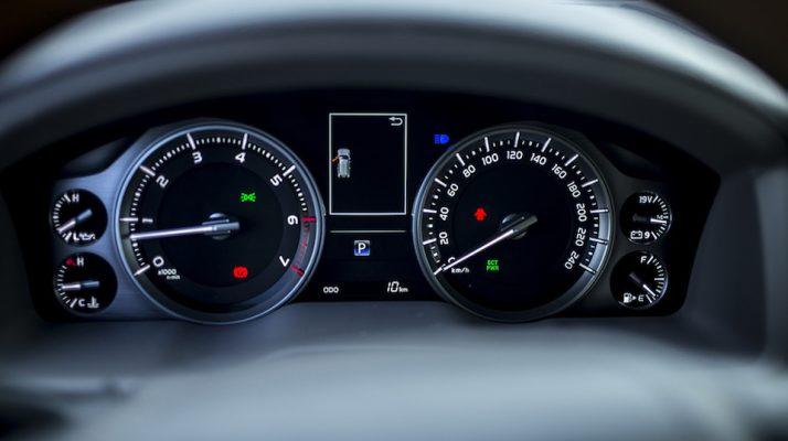 Bảng đồng hồ tích hợp màn hình hiển thị đa thông tin gồm các thông tin lái xe, áp suất lốp và cả chế độ ECO cho phép người lái dễ dàng nắm bắt tình trạng vận hành của xe và mức thân thiện với môi trường. Hệ thống âm thanh tiêu chuẩn CD 1 đĩa, 6 loa mang lại những trải nghiệm âm nhạc chất lượng trong suốt hành trình.